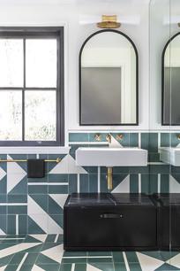 铺满绿色几何瓷砖的卫生间
