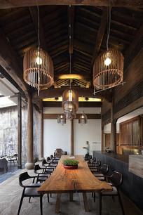 灯笼下的大堂桌椅