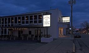 夜幕下的酒店建筑