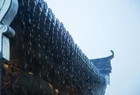 雨幕下的徽派屋檐