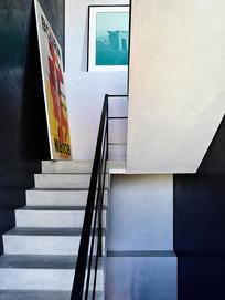 放着广告牌的楼梯