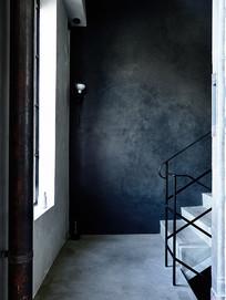 黑色墙壁的楼梯平台 JPG