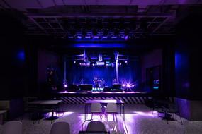 冷色调工业风工作室舞台