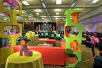 颜色艳丽的舞台宴会厅