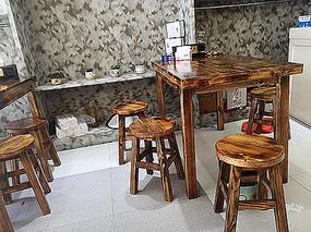 餐厅复古木质桌椅