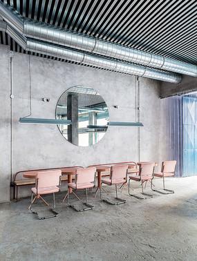工业风混凝土餐厅粉色桌椅