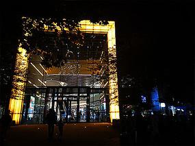 商城玻璃入口灯光夜景