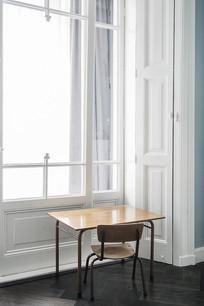 紧邻窗户的小桌椅