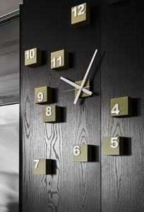 餐厅墙上新颖的时钟