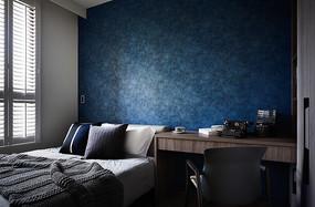 深蓝色背景墙的卧室