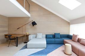 阁楼彩色沙发布置