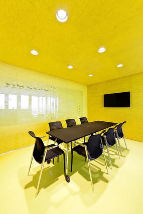 黄色靓丽会议室空间 JPG