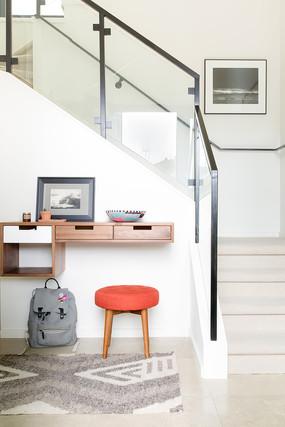 楼梯脚下的书桌