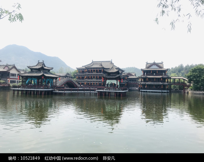 池塘边的古建筑群图片