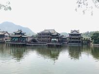 池塘边的古建筑群