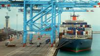 将货物装上货船视频素材 mp4