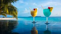 浪漫度假村游泳池边饮料水果视频素材