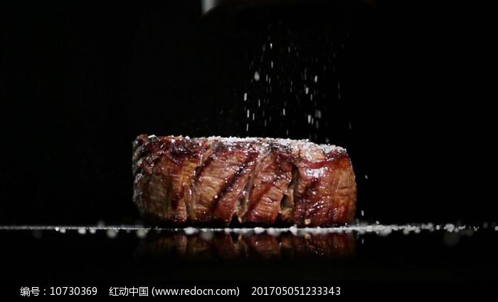 美味牛排撒盐视频素材图片