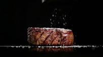 美味牛排撒盐视频素材