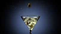 酒杯泡酒特写视频素材