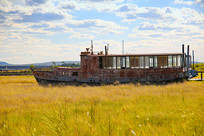 草原上的搁浅渔船