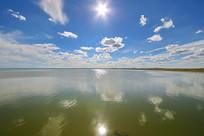 蓝天白云太阳倒影达里湖