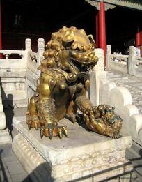 紫禁城内威严的鎏金铜狮子