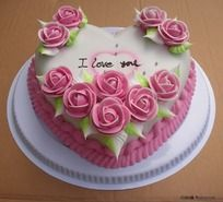 心形花卉蛋糕摄影图片