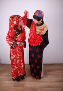 新郎掀起新娘红盖头