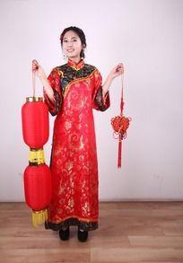 拿着灯笼和中国结的女人