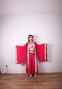 穿古代红装的美女