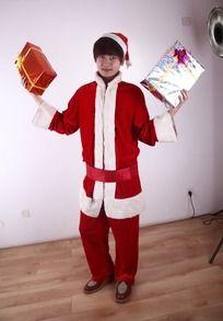 举起两份礼物帅哥圣诞老人
