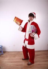 拿着两份礼物打扮成圣诞老人的男人