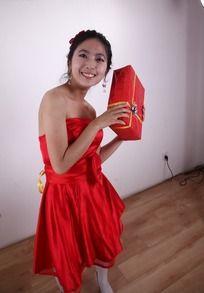 美女/双手举着礼盒红色礼服的美女