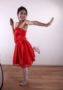 右手拿手机左手向左推单腿站立的女人