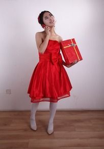 拿着红色礼盒打电话的美女