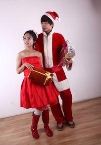 拿着礼盒的圣诞情侣男女