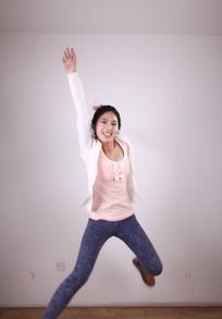 右手上举向上跳的美女