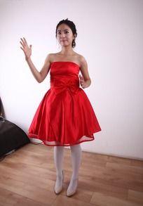 摆动手臂的穿婚纱的美女