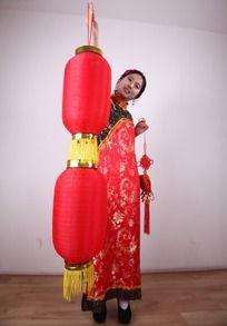 穿古装提着大红灯笼的女人