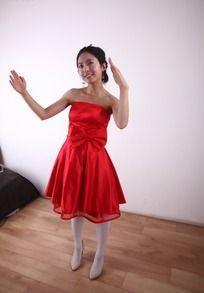 穿红婚纱举起双手的美女