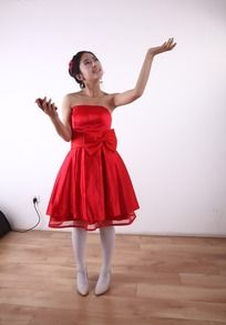 穿红色连衣裙拿着手机的女孩