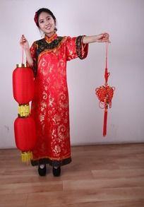 传统新年人物 打灯笼提中国结的美女模特