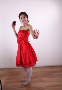 穿着红裙拿着手机的美女