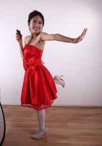 快乐打电话摆pose的红裙女孩
