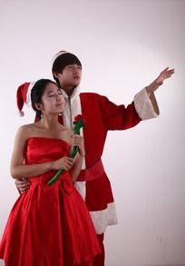 圣诞装的男人搂着红色礼服陶醉的女人图片
