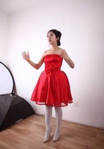 双手张开手势红裙美女