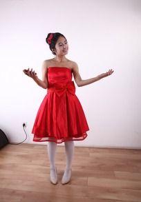微笑摊开双手的红裙美女