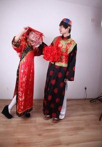 揭开红盖头看新郎的新娘图片