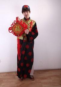 拿着中国结的古装小生